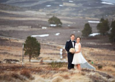 a bride and groom from america in a field in aberdeenshire