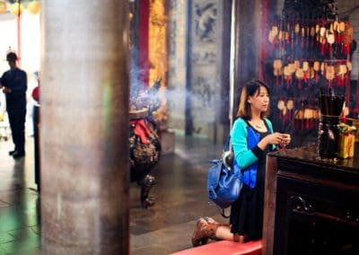 taiwanese-lady-praying-at-the-temple